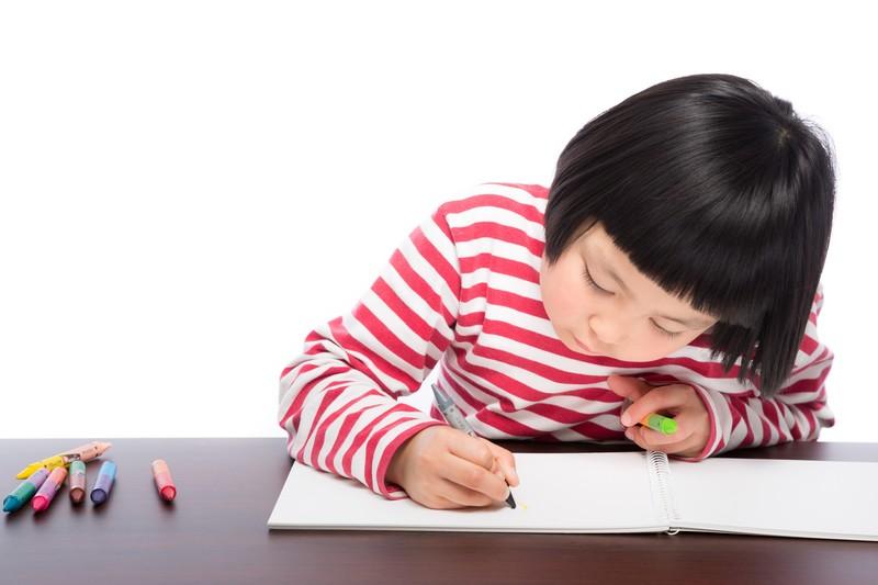 学童のイベントで絵を描く女の子