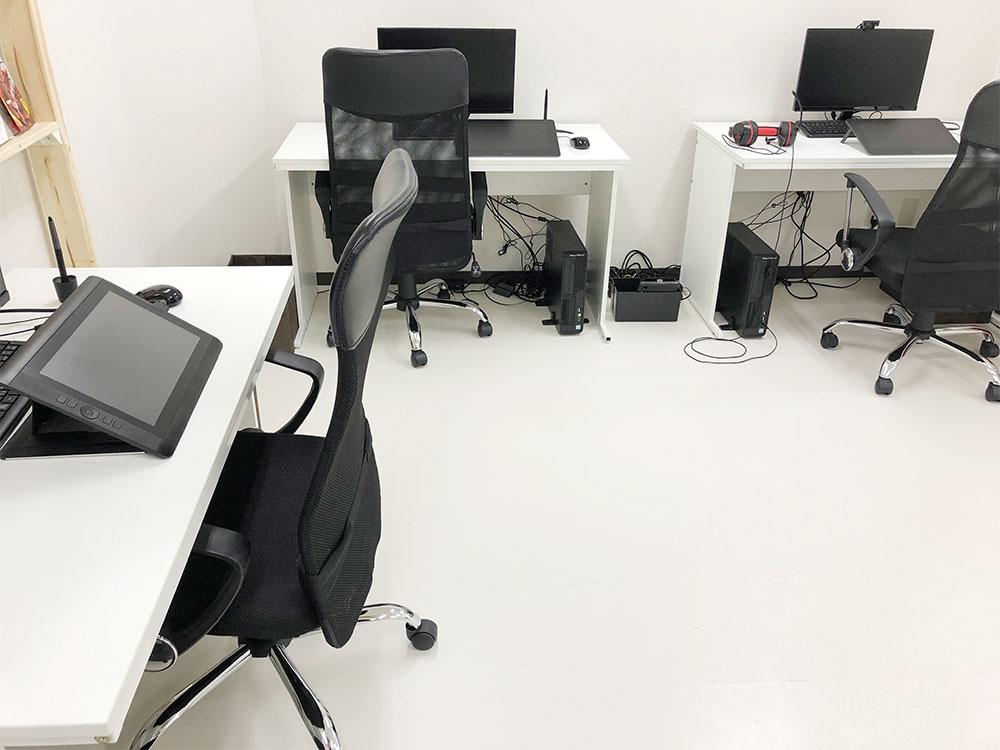 福岡校の室内パソコン設備